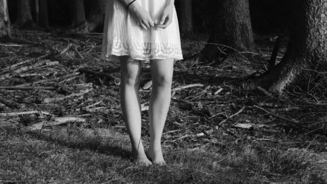裸足で立つ女性 地面 グラウンド 大地