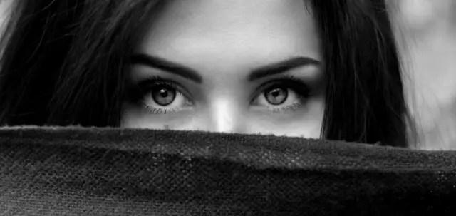 目を開く 視線 恨み