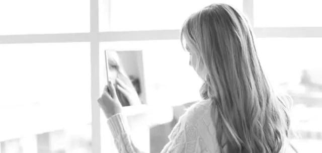 鏡を見る女性 ニキビ 肌荒れ