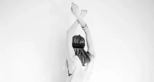 女性 腕を上げる