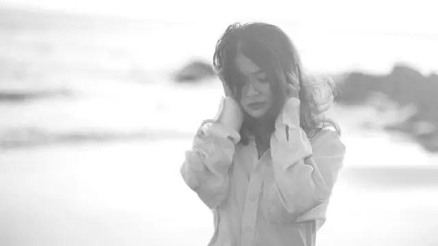 女性 海 悲しい 不安