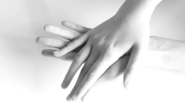 女性の手の指