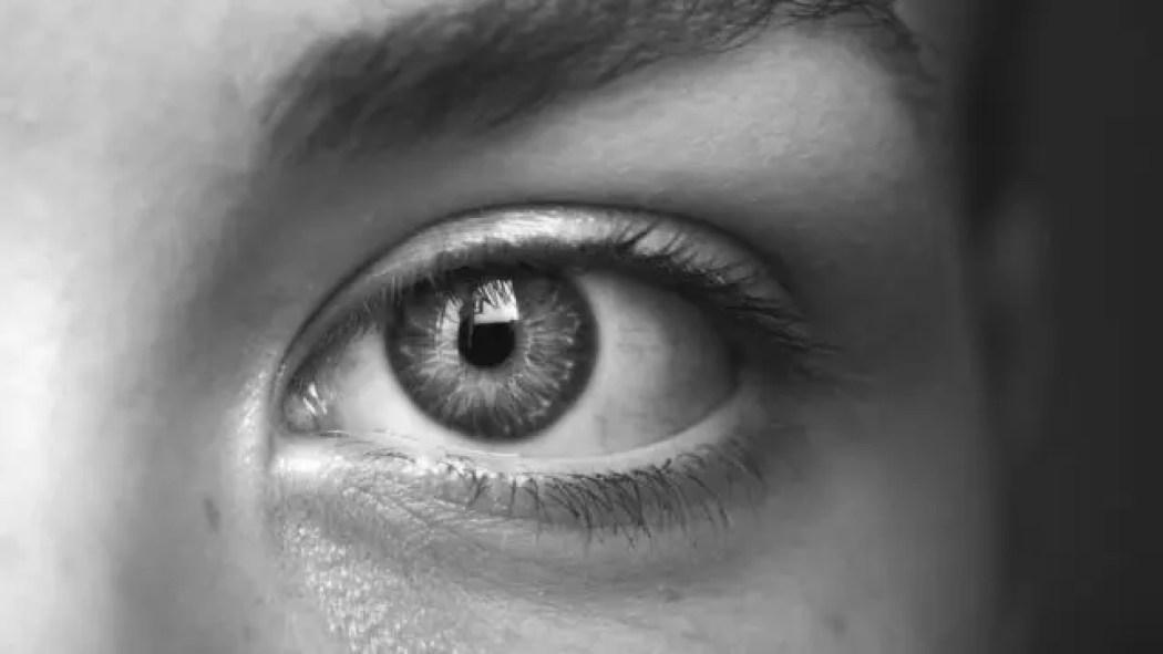 女性の左目
