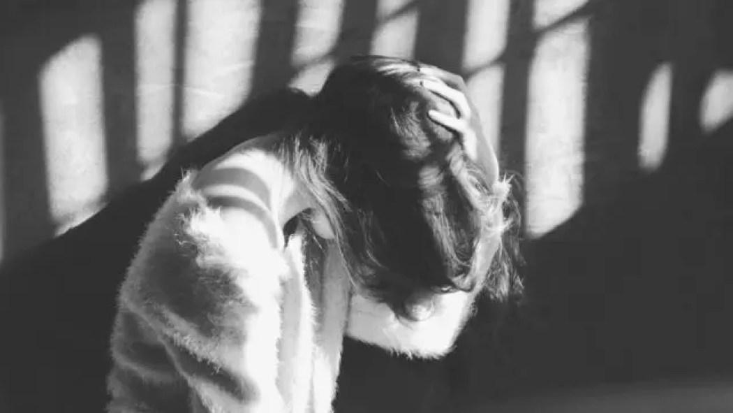 頭を抱える女性 不安 髪の毛