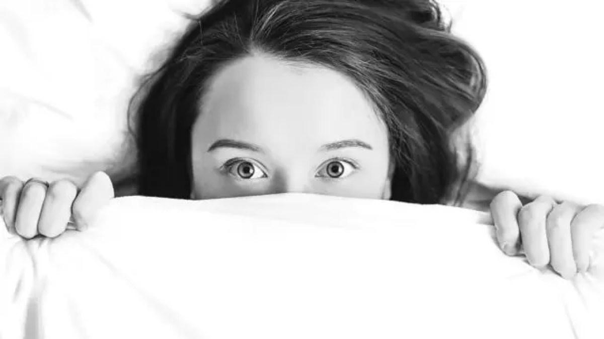 ベッドで寝る女性 起床 目を覚ます 朝