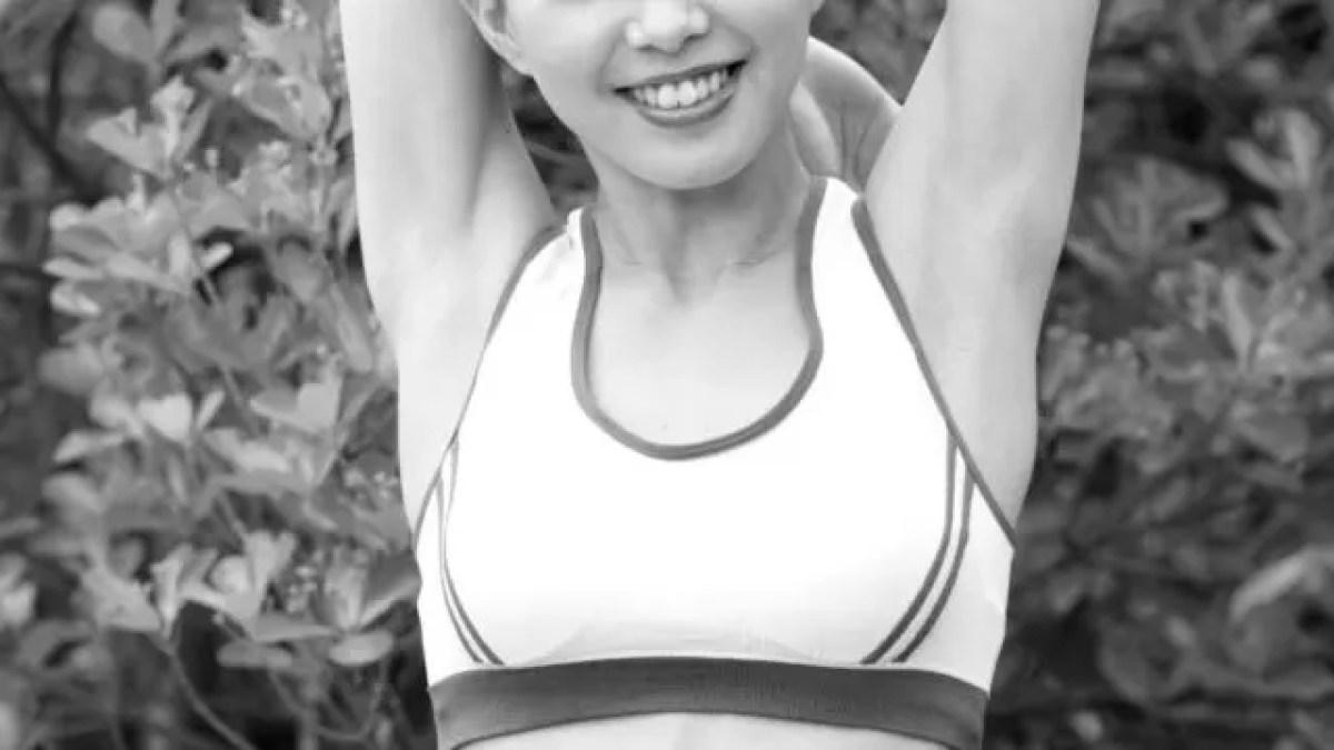 準備体操する女性 ストレッチ 脇 運動 健康