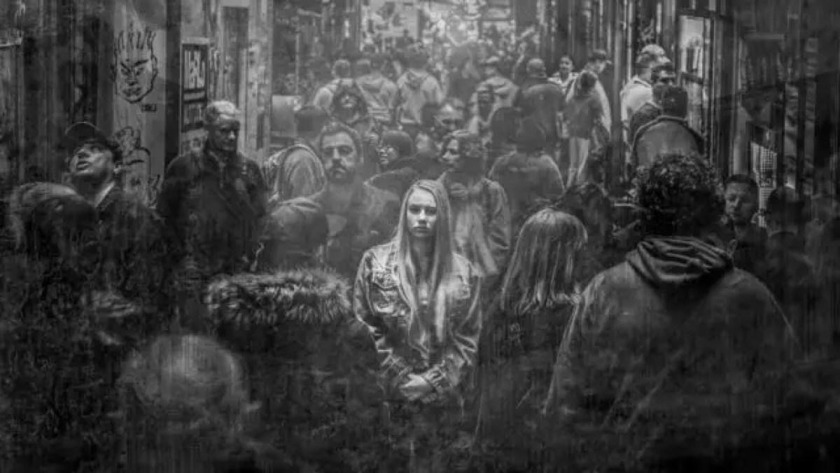 孤独な女性 不安 人混み 雑踏 都会 環境