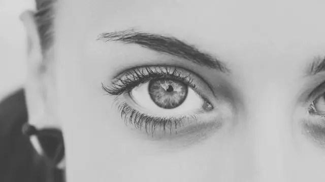 女性の右目 視線 見る