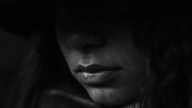 少女の唇 口 暗い 不安 悩み