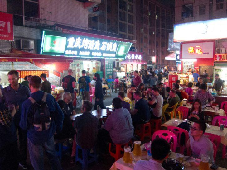 食事をする中国人