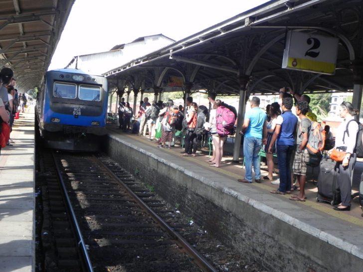 列車をホームで待ち受ける人々