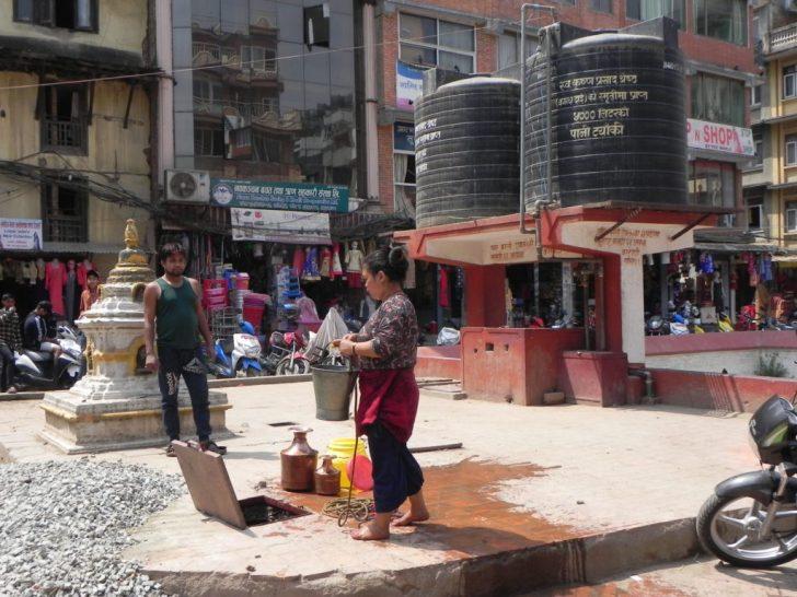 水を汲む女性