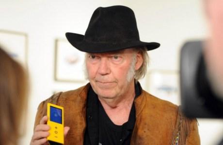 H Neil Young ποζάρει με το δημιούργημά του