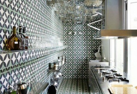 Η έντονη ταπετσαρία ταιριάζει σε χώρους με ένταση όπως είναι η κουζίνες