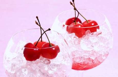 Πλούσια σε β-καροτένιο, τα κεράσια ενισχύουν την άμυνα του οργανισμού.