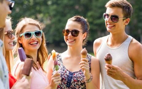 Αν πέσει παγωτό σοκολάτας σε ένα ρούχο σας απλά βρέξτε το κατευθείαν από την άλλη μεριά.