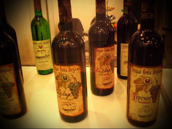 люди, употреблявшие в период своей взрослой жизни в небольших количествах виноградное вино, реже болеют и дольше живут