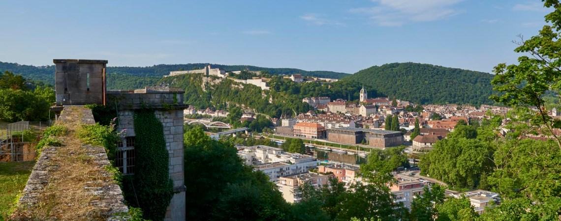 La halte fluviale de la Cité des Arts sur le Canal du Rhône au Rhin à Besançon avec la Citadelle de Vauban.