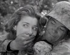 Das Mädchen (Virginia Leith) und Mac (Frank Silvera)