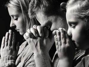 praying-family_SI