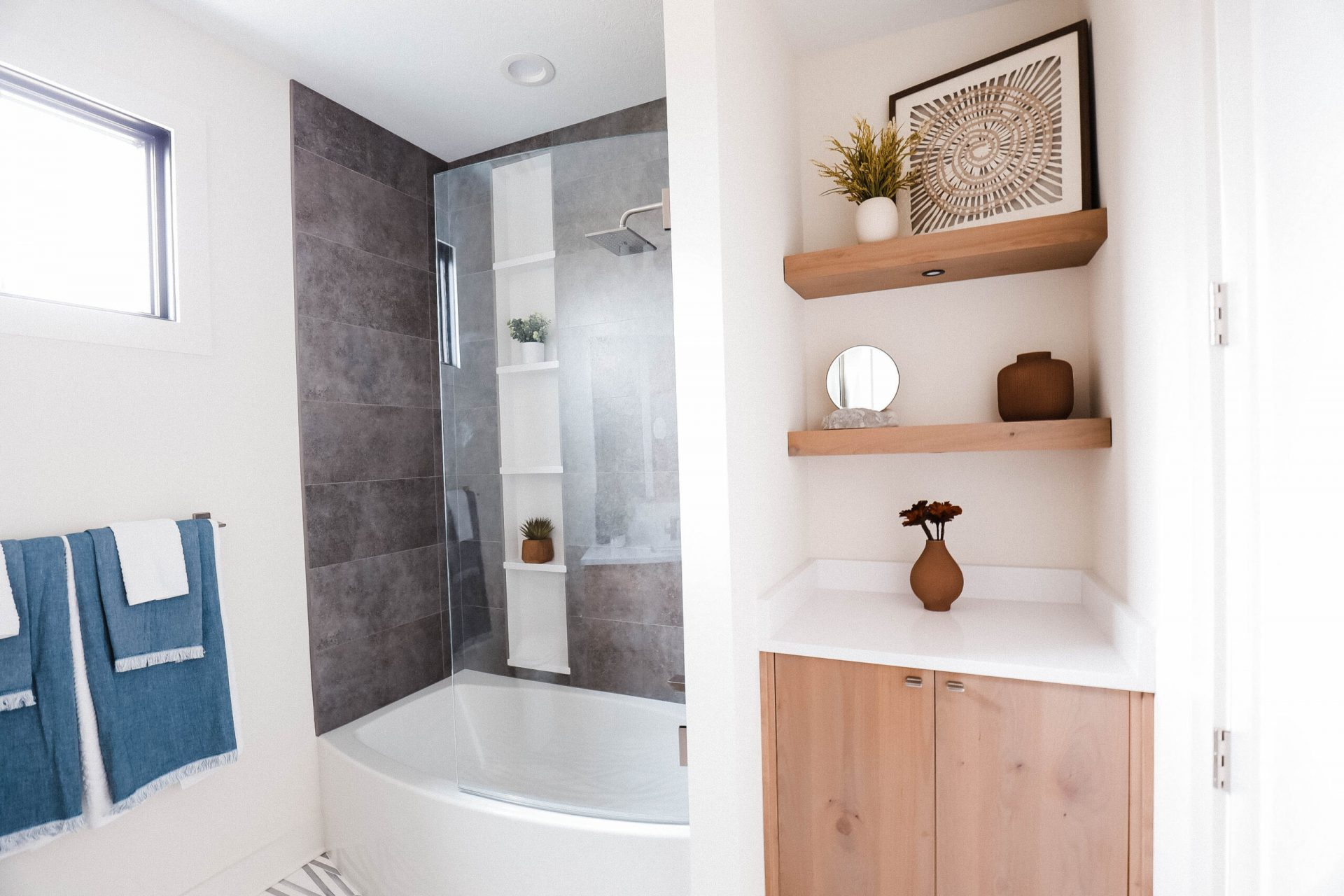 Indiana Mid Century | Guest Bathroom