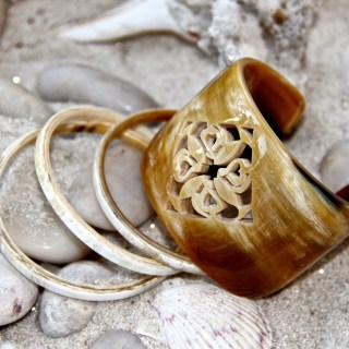 Hand carved horn jewelry, how the chic beat the heat…