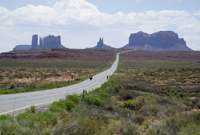 Zartusacan - Riding through Monument Valley