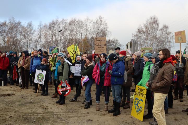 Versammlung am Lautsprecherwagen auf der Demonstration. Foto: Erik Frank Hoffmann