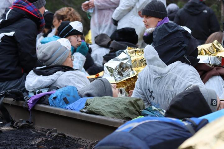 Personen liegen zwischen den Gleisen: Foto: Erik Frank Hoffmann