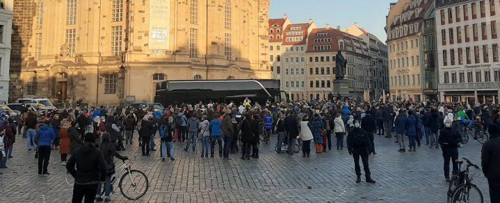 Hunderte Menschen bei Querdenken-Infotour in Dresden