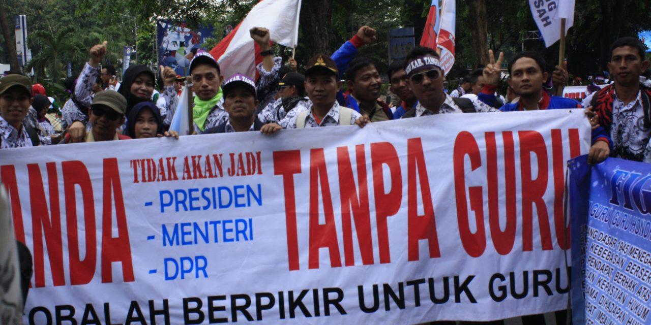 AKSI DEMO PARA GURU HONORER DI DEPAN GEDUNG DPR/MPR