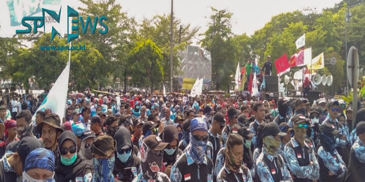 TOLAK UPAH MURAH ALIANSI SP/SB KABUPATEN SERANG SAMBANGI KANTOR BUPATI