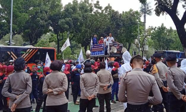BURUH JAKARTA TUNTUT KENAIKAN UPAH MINIMUM 2022
