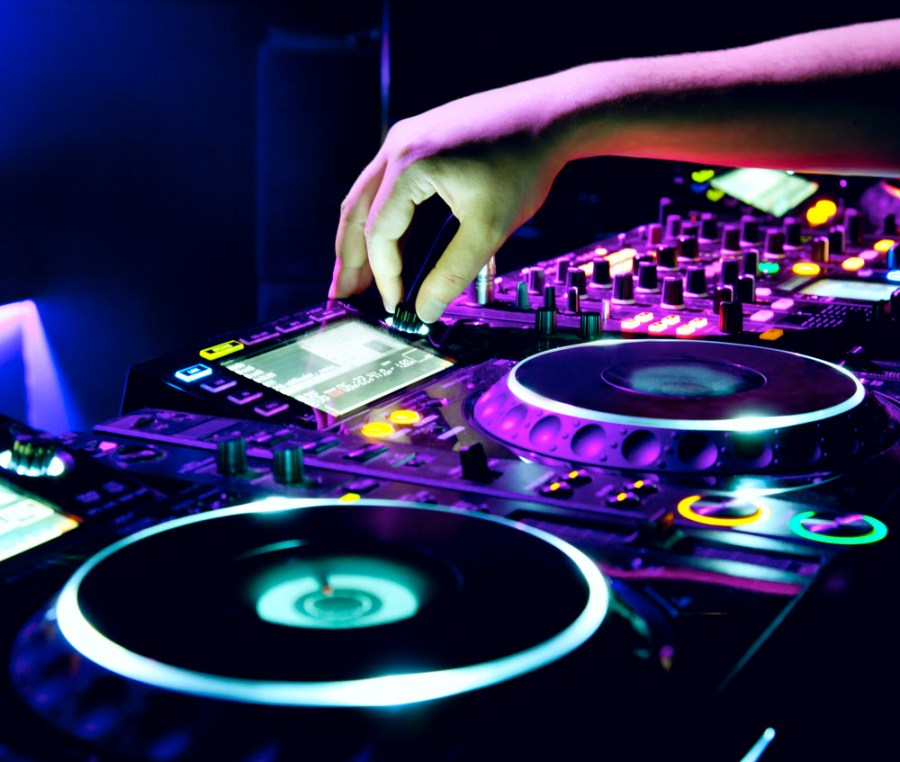 DJ-vs.-Live-Band-Which-Should-You-Choose?