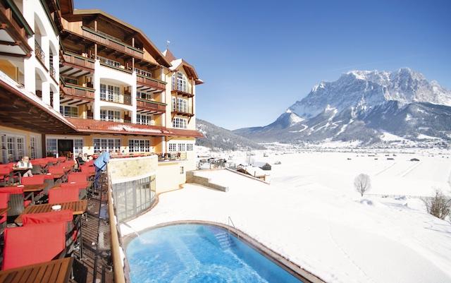 zugspitzregion_hotel_post_lermoos_aussenansicht_pool_copyright-markusauer-1