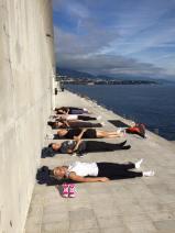 Relaxation face à la mer pendant la pause déjeuner pour quelques salariés d'une entreprise basée à Monaco