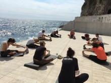 Etirements face à la mer pendant la pause déjeuner pour quelques salariés d'une entreprise basée à Monaco