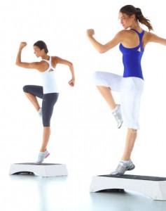 Une séance de Step vidéo débutant pour perdre du poids. Une séance adaptée aux débutants pour perdre du poids et remodeler sa silhouette