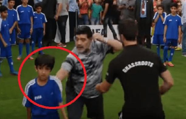 شاهد: ردة فعل مارادونا على طفل إماراتي أسقطه أرضاً!