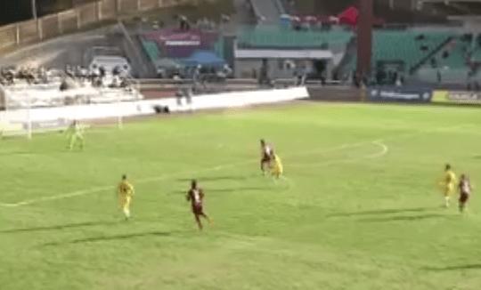 بالفيديو.. مدافع يسجل أجمل أهدافه لكن في مرماه!