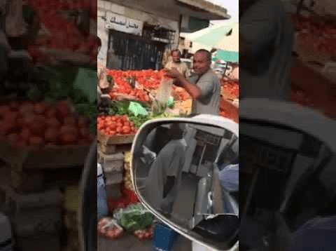 بالفيديو..بائع خضار يعلن عن تخفيضات بمناسبة فوز الهلال بكأس خادم الحرمين
