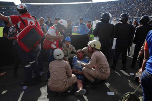 بالصور..مأساة دامية على أبواب استاد في هندوراس