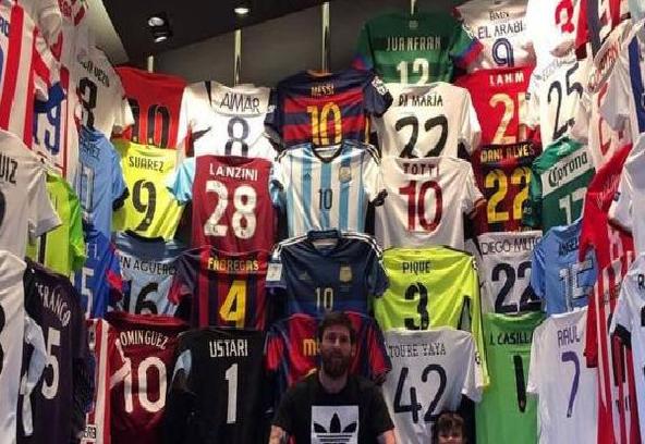 """ميسي يعرض قميص لاعب عربي في متحفه الخاص """"صورة"""""""