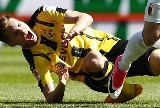 """بالفيديو..لاعب دورتموند يتعرض لإصابة """"مروعة"""" في كاحله"""