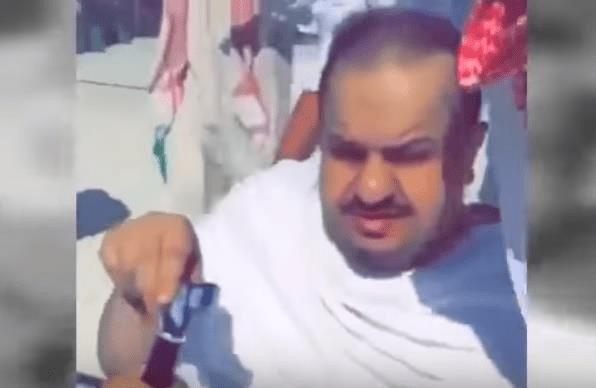"""شاهد.. مشجع هلالي يفاجئ عبدالرحمن بن مساعد وهو يؤدي العمرة ويطالبه بـ """"الآسيوية"""" ومدافع أجنبي"""