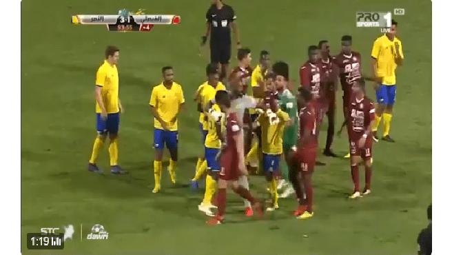 بالفيديو.. اشتباك لاعبين في آخر دقيقة في مباراة النصر والفيصلي!