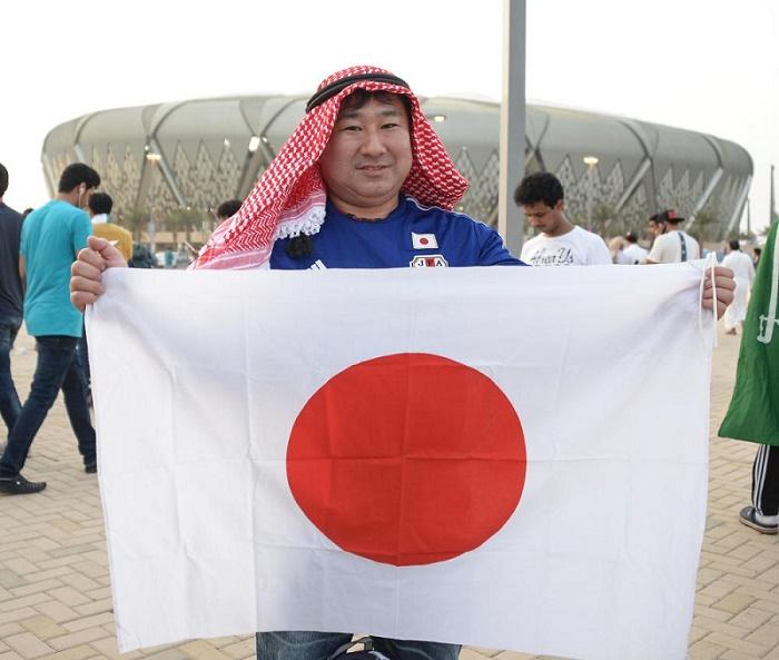 بالصور..اليابانيون يدعمون الساموراي بـ «الزي السعودي»