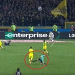 في لقطة نادرة.. حكم يركل لاعبا ويطرده في الدوري الفرنسي (فيديو)