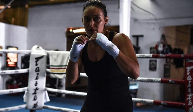 """هالة الحمراني.. مدربة الملاكمة السعودية: """"الفنون القتالية تفرز هرمون السعادة"""" وتروي تجربتها!"""