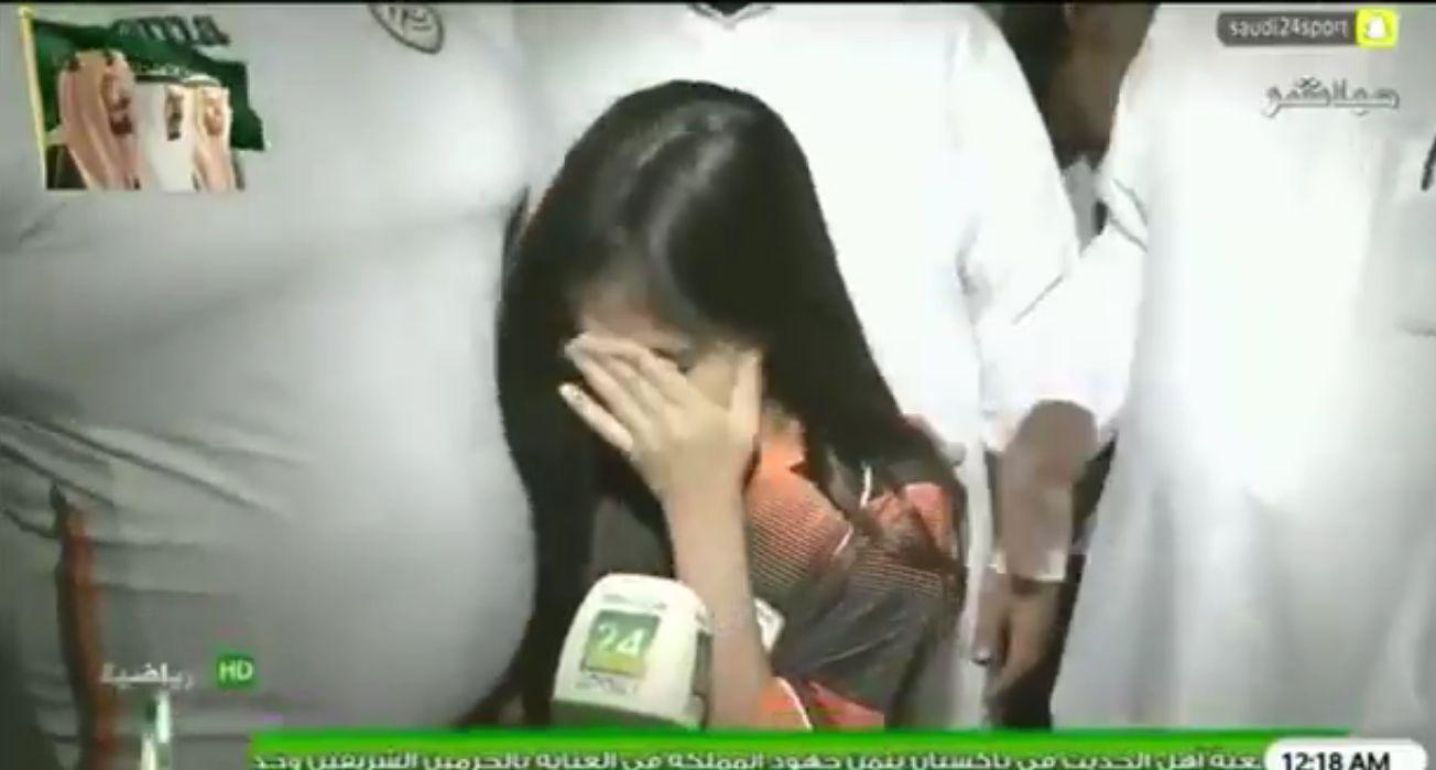 شاهد بالفيديو: طفلة تنهار بالبكاء بسبب ما وصل إليه نادي الشباب!